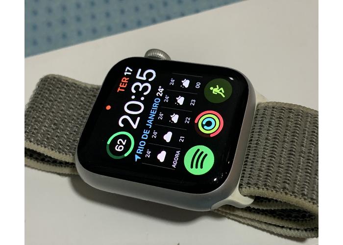 Apple Watch Series 4 40mm na cor Silver com pulseira Sport Loop Usado